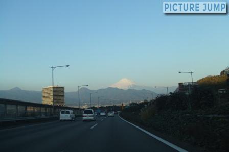 東名高速道路から富士山を眺める
