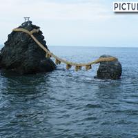 初日の出の名所でもある夫婦岩。暗闇の中、松明に照らされた夫婦岩は神秘的