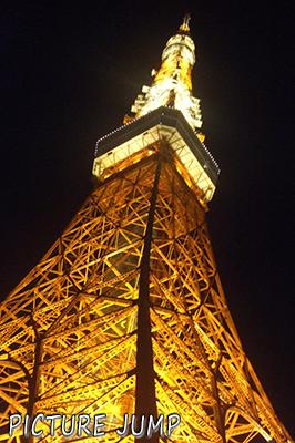 大都会、東京の街中にそびえたつ夜の東京タワー