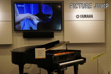 アーティストが実際に演奏している映像に連動して鍵盤が自動に動くピアノ
