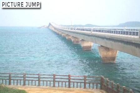 来間大橋はコバルトブルーをした海の美しい景観の一部