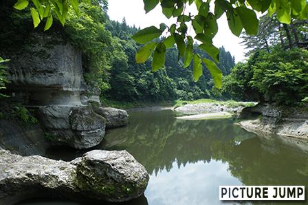 「川に迫った険しい断崖」を意する塔のへつりは大川ラインの一番の景勝地