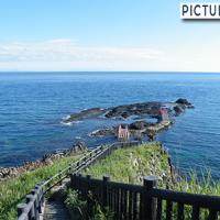 青森・高野崎。灯台から津軽海峡へと続く岩場に架けられた潮騒橋と渚橋
