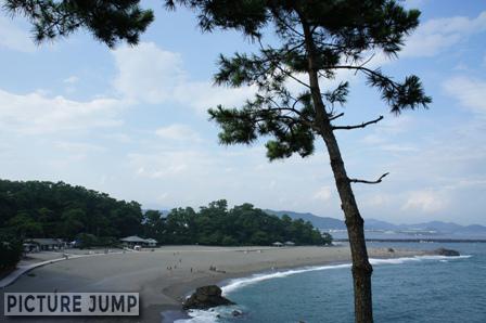 桂浜は弓形に砂浜が延びていていることが特徴的