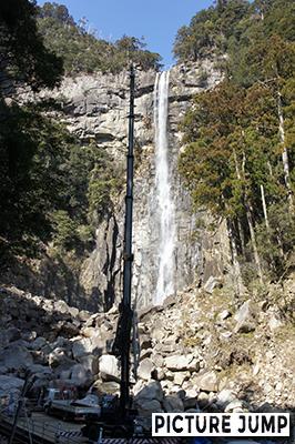 那智の滝とクレーンのアーム