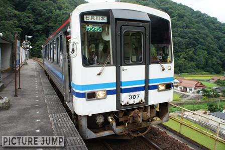 ホームまで116段もの階段 JR三江線・宇都井駅