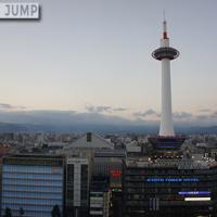 灯台をイメージした京都タワー。京都市内でもっとも高い建造物。展望室からは、あべのハルカスも