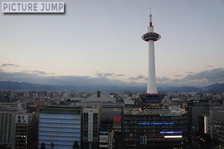 灯台をイメージした京都タワー。京都市内でもっとも高い建造物