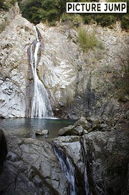 六甲山麓・布引の滝は三大神滝の1つ。雄滝は高さ43mの名瀑