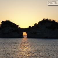 円月島(高嶋) 丸く空いた岩穴に夕日が沈む姿を眺められるのは、ほんの一瞬だけ