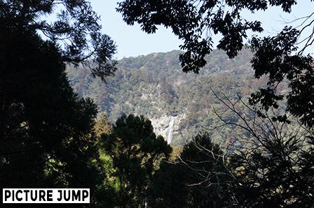 熊野古道大門坂から眺める那智の滝