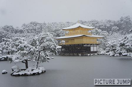 金閣寺の雪化粧は年に何回かしか見れない絶景