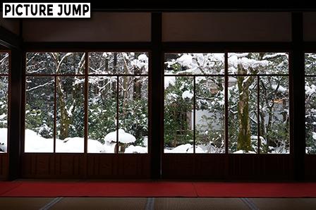 雪の大原 三千院 客殿から建物を額縁にして雪化粧の聚碧園を撮影