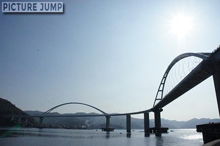 中央部で大きくカーブする内海大橋