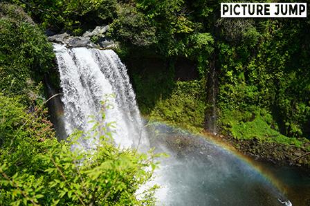 落差約25メートル 音止めの滝に虹が架かった