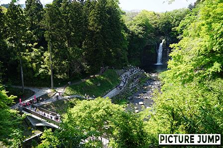 白糸の滝 舗装された滝見橋と遊歩道