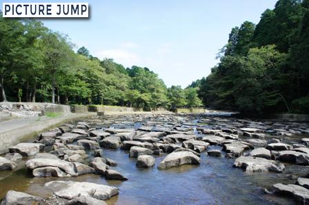 関之尾滝の上流にある甌穴群は世界的にも極めて珍しい光景