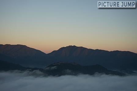 午前6時、雲海に包まれた天空の城・竹田城。立雲峡第一展望台