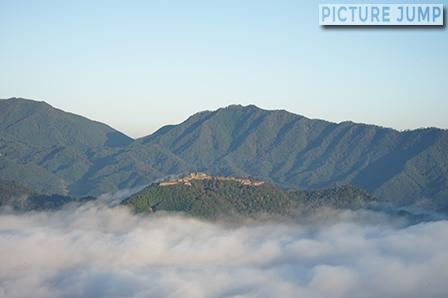 午前7時、雲海に包まれた天空の城・竹田城。立雲峡第一展望台