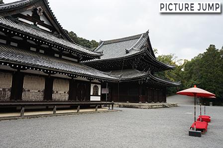 泉涌寺 黒くて重々しい仏殿