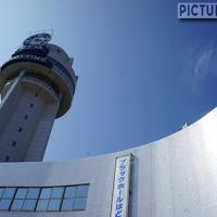 日本中央標準時東経135度・子午線上にある、明石市立天文科学館と子午線交番