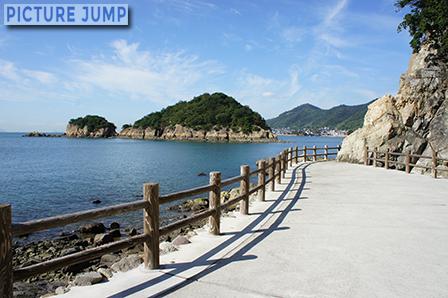 仙酔島の海沿いの遊歩道