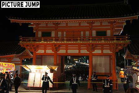 八坂神社の西楼門の混雑状況。1月1日の深夜0時頃撮影