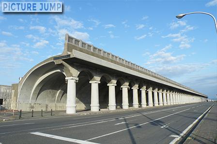 稚内港・北防波堤ドーム 半アーチ形の珍しい形状に古代ローマの柱廊を思わせる独特の外観