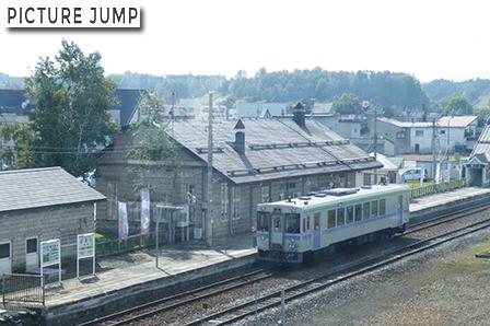 2002年8月に完成した人自転車兼用の跨線橋より美瑛駅を見渡す