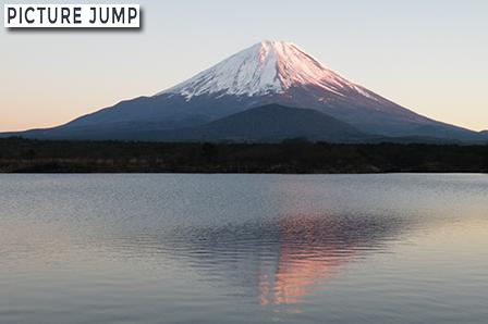 精進湖で、ほのかな紅富士